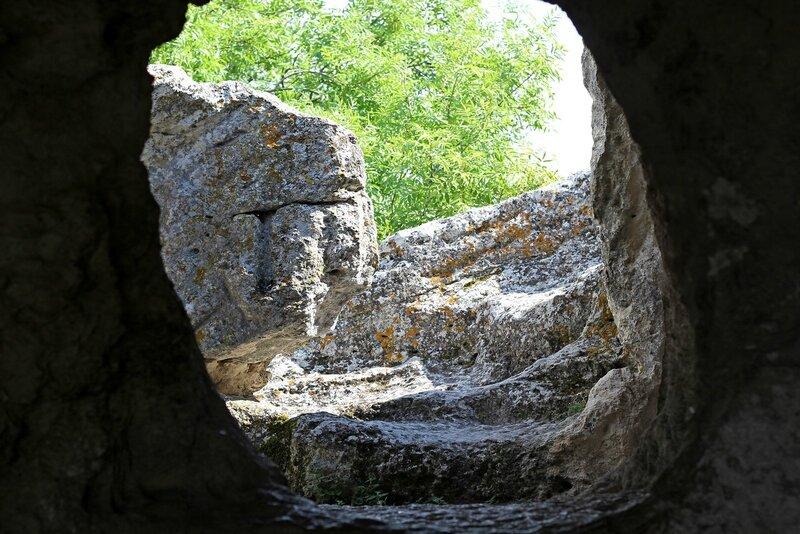 Изнутри пещеры в скальном городе Эски-Кермен