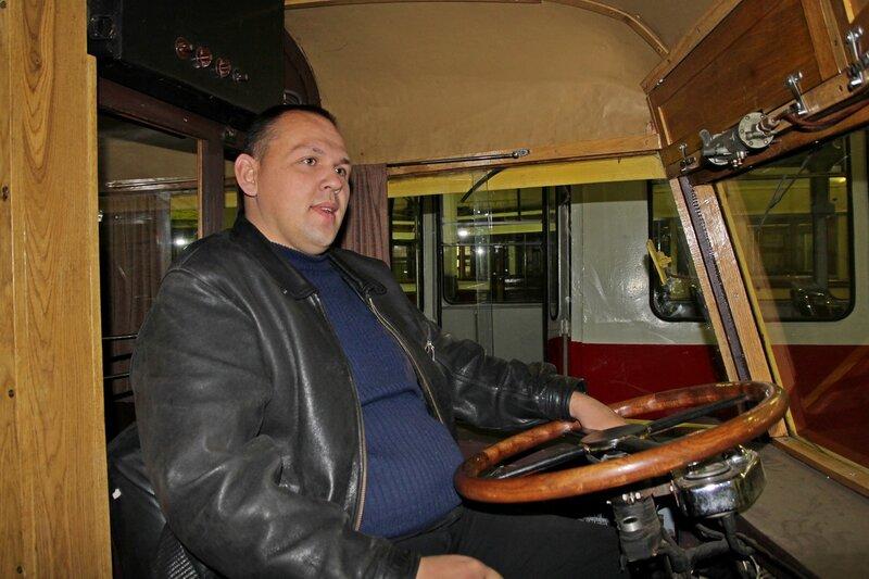 Лёшка в кабине водителя самого первого питерского троллейбуса ЯТБ-1 IMG_8735
