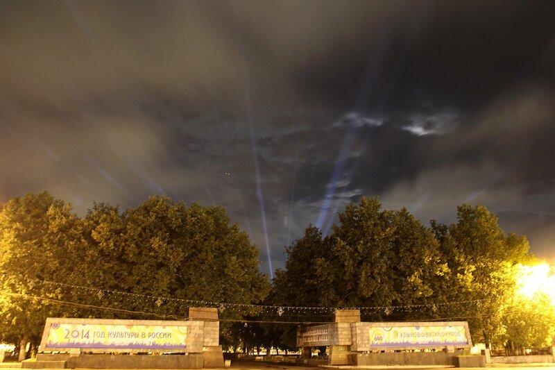 Вид на ночной сквер с фонтаном и лучи в небе с Театральной площади в Кирове IMG_7664