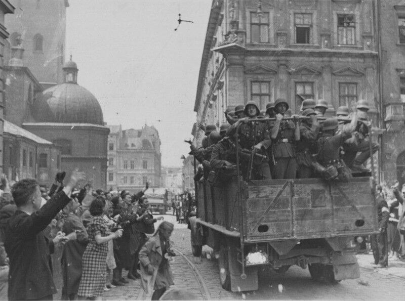 Жители Львова приветствуют автоколонну немецких войск на улице города..
