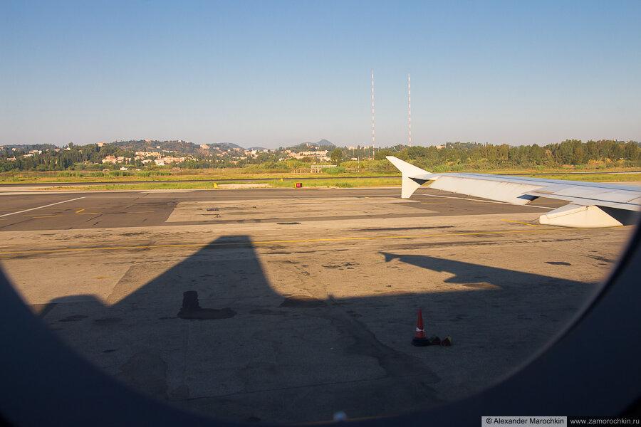 Фото через иллюминатор самолёта в Аэропорту Керкиры