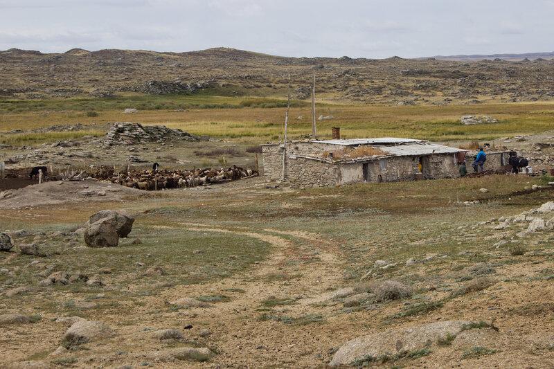 жилая зимовка на каменном плато