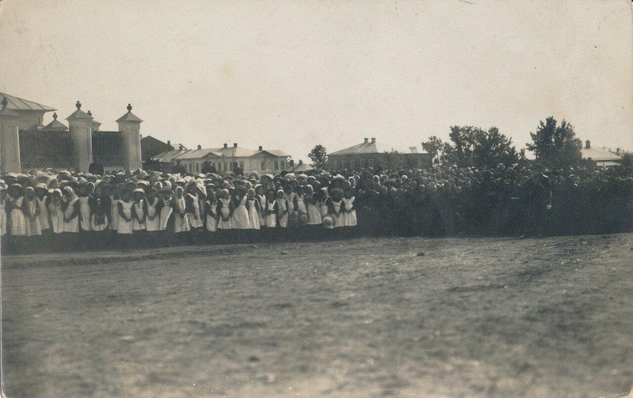 Учащиеся женской гимназии и реального училища у стен Успенского собора