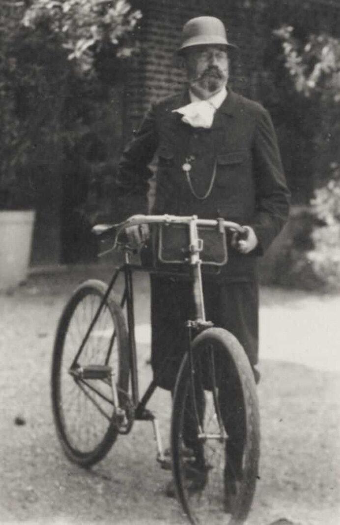 Золя катается на велосипеде в районе Медана