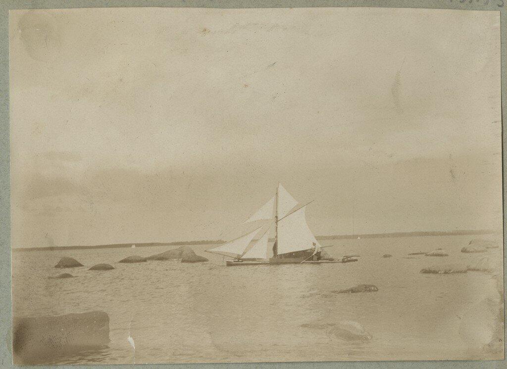 1900. Катамаран под парусами