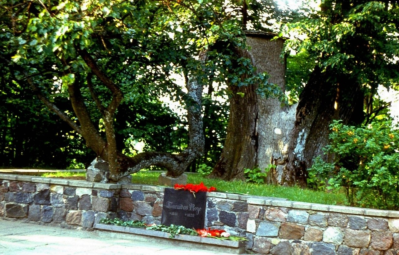 16. Здесь  похоронена  Турайдская  Роза