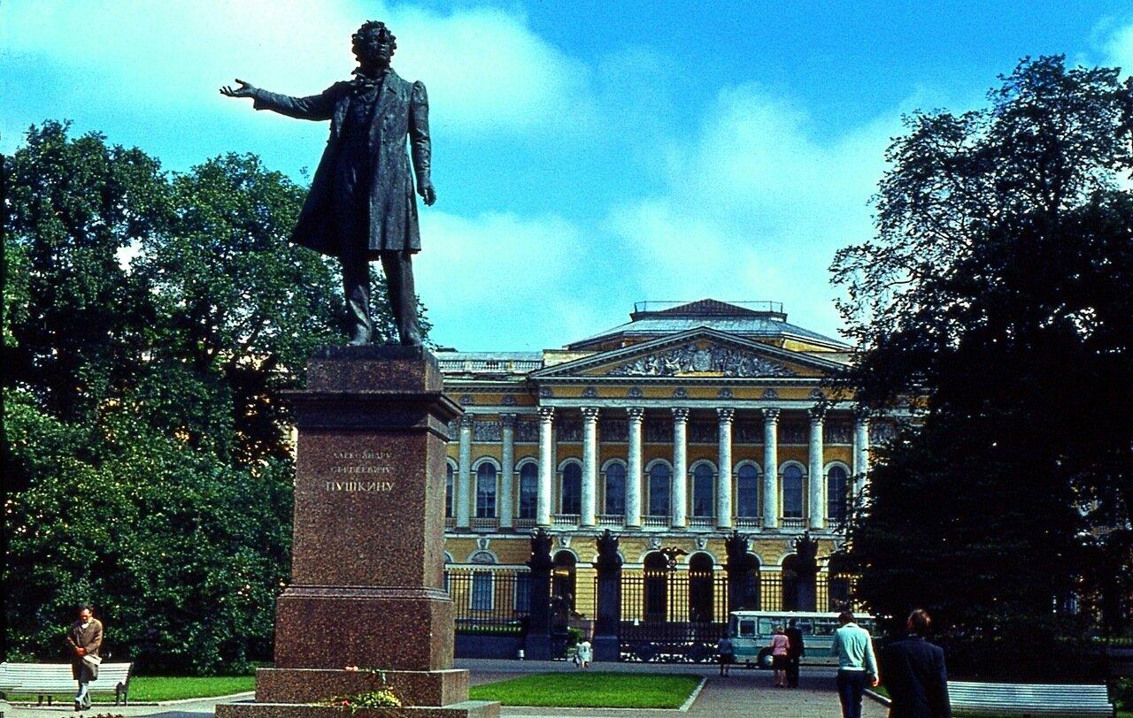 11.  Памятник  Пушкину  на  фоне  Русского  музея