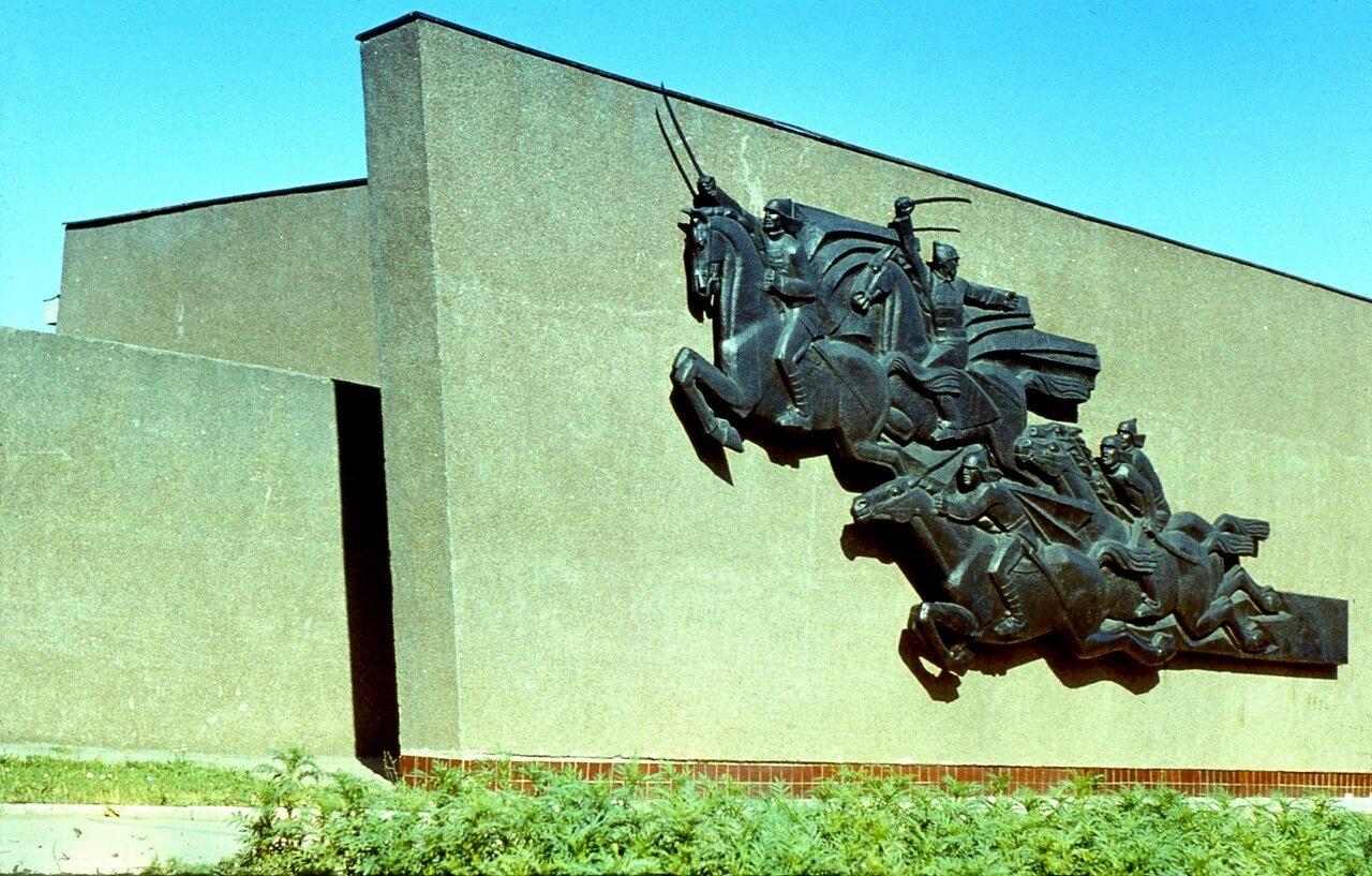 114. Мемориальная  стена  с  барельефои  в  музее  Чапаева
