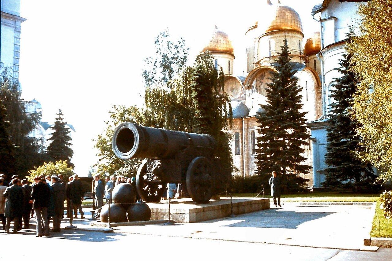 MOSCOU - A l'intérieur du Kremlin. Le Tsar Pouchka (littéralement le « roi des canons ») est un canon gigantesque, fondu en 1586 par le maître russe Andreï Tchokhov, à la demande du tsar Fédor Ier, fils d'Ivan le Terrible.