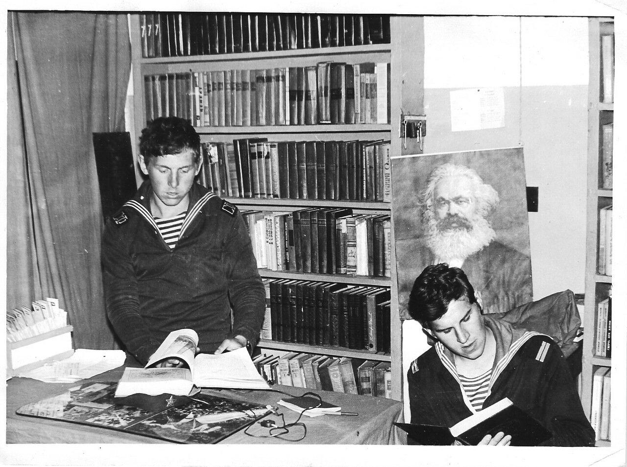 Библиотека в клубе