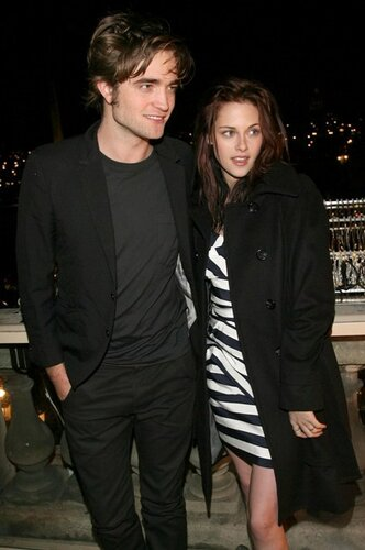 12-08-08 Paris, France  Robert Pattinson and Kristen Stewart at the 'Twilight' Paris Photocall, Hotel Crillon, Paris, France...  Non-Exclusive Pix by Visual/Flynet ©2008 323-833-7042 Nicolas 818-307-4813 Nicolas 323-974-6007 Jay 310-466-8617 S