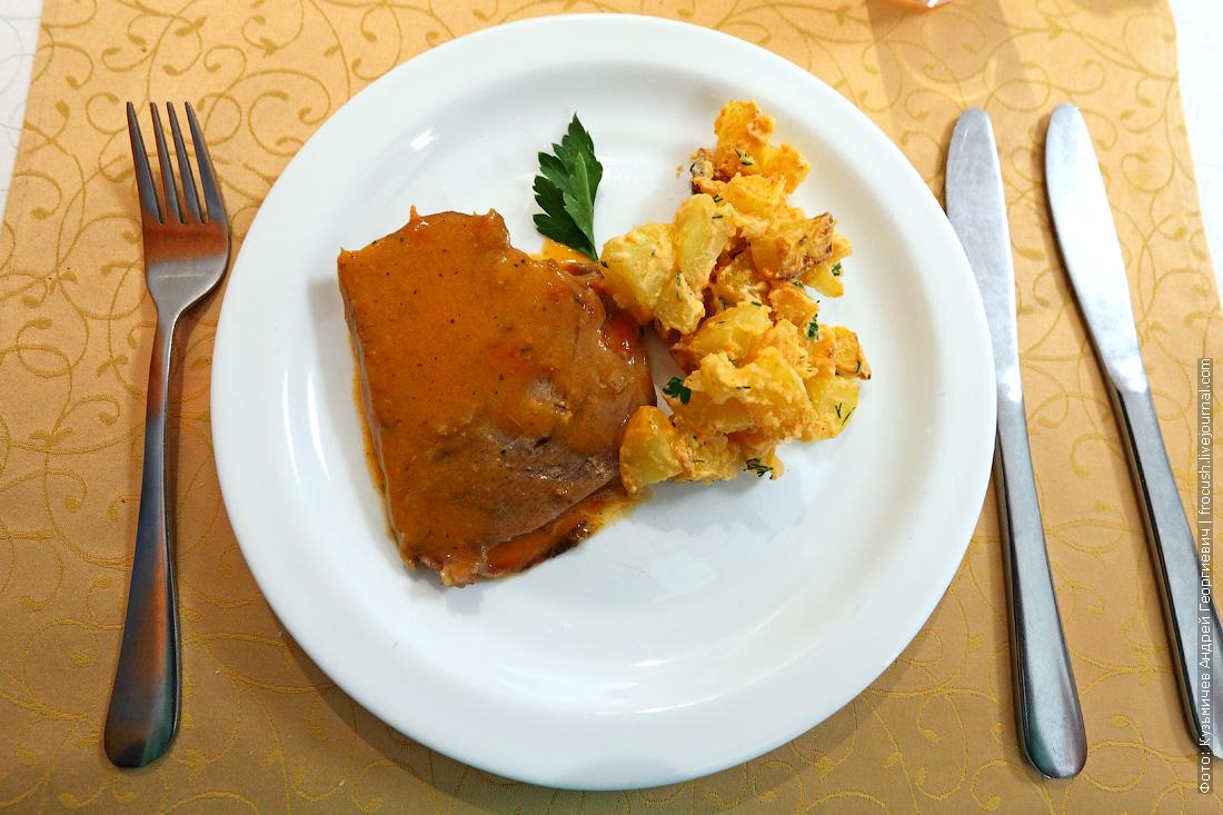 Говядина шпигованная овощами чем кормят в ресторане во время круиза на теплоходе Русь Великая