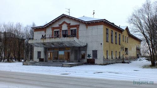 Фото города Инта №6218  Юго-восточный угол Мира 6 (бывший кинотеатр
