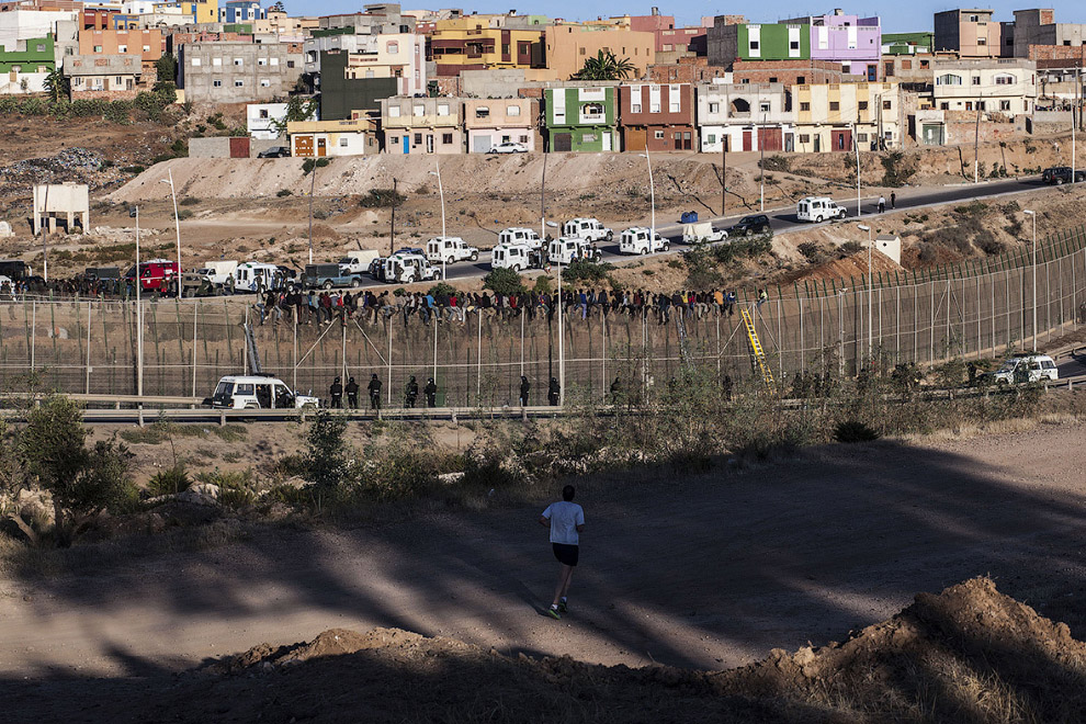 6. 24 апреля 2014 года около 100 африканцев прорвались через границу и по крайней мере 12 из них дос