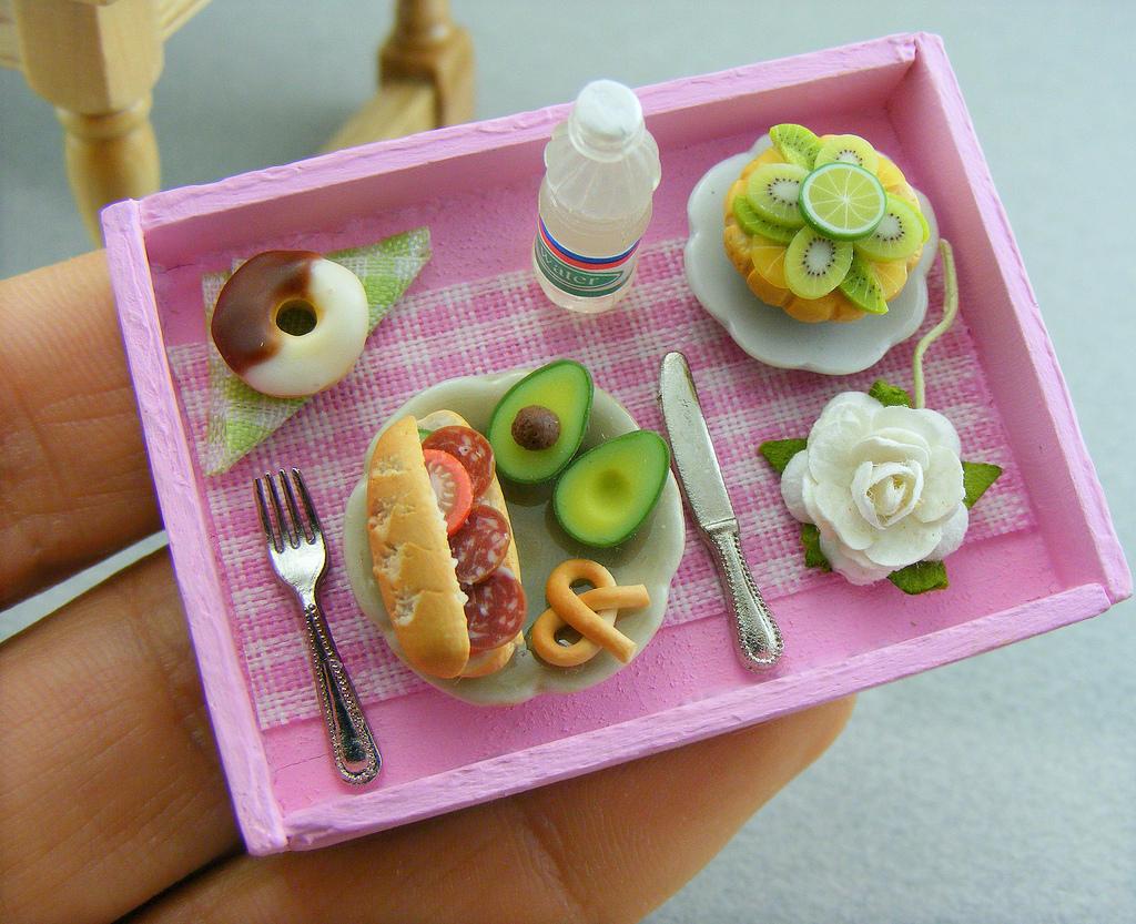 4. На создание кулинарной миниатюры его вдохновили старшие сестры, которые учили его искусству поним