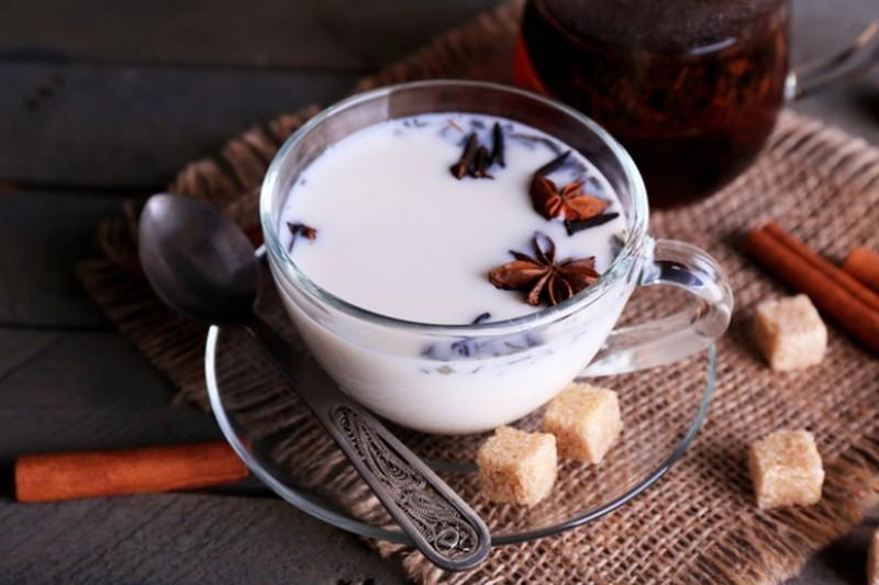 4. Пряный чай латте Этот восхитительный сладкий напиток с тонкими нотками корицы и кардамона обожают