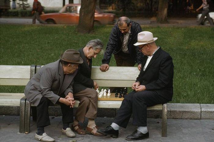 Шахматисты и случайные зрители в парке, 1988 год. Фотограф Бруно Барби (Bruno Barbey). 15. Ветераны
