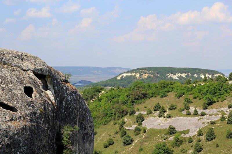 Эски-Кермен. Вид на Северный дозорный комплекс и гору Кая-Баш