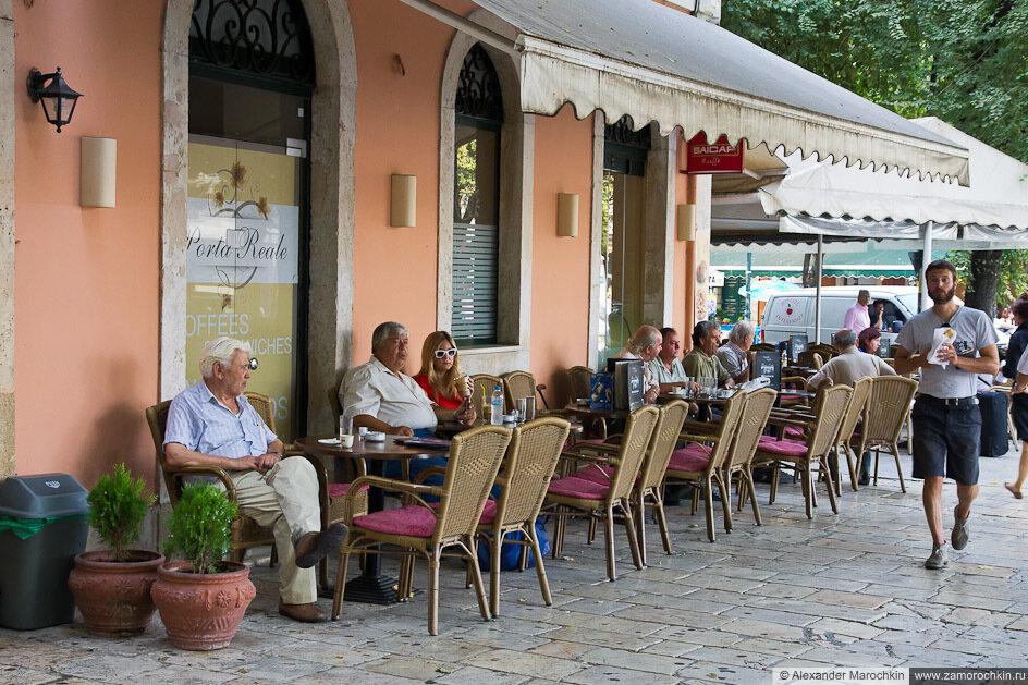 Уличное кафе в центре Керкиры