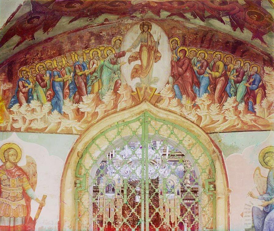 Фреска над входом в церковь с паперти.