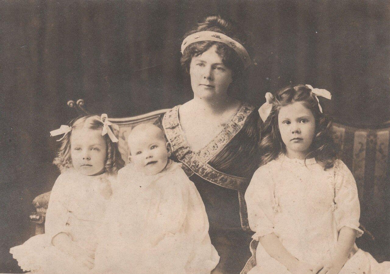 1914. Кэтлин Уайт с тремя дочерьми