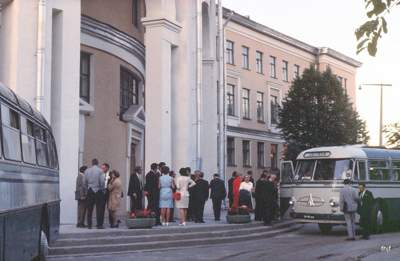 Bus crowd outside Pavlov Univerity - R in white