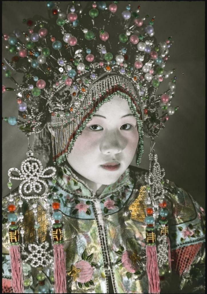 Китаянка в головном уборе