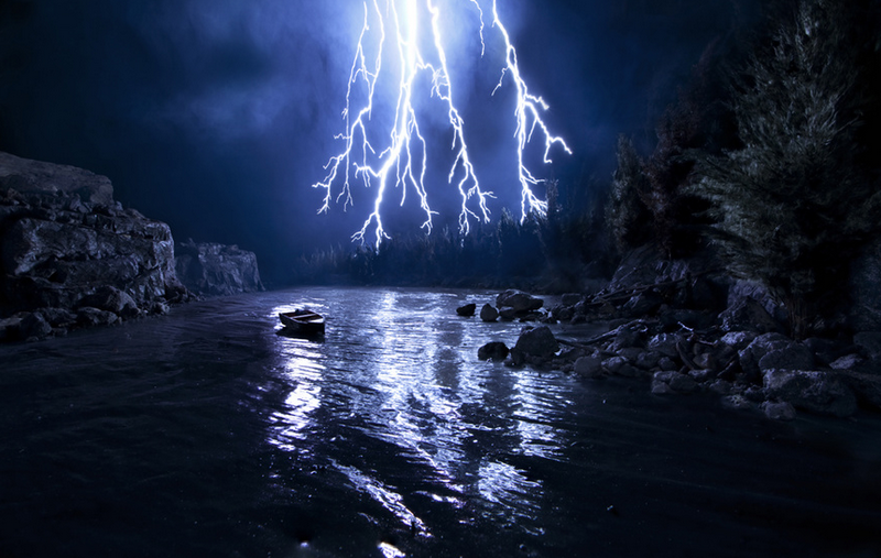 Ненастоящая молния, вода и лодка изображены на фото 4. Это произведение фотохудожника Matthew Albanese .