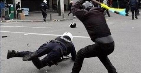 Соцсети наводнили поддельные фото, как митингующие избивают милицию