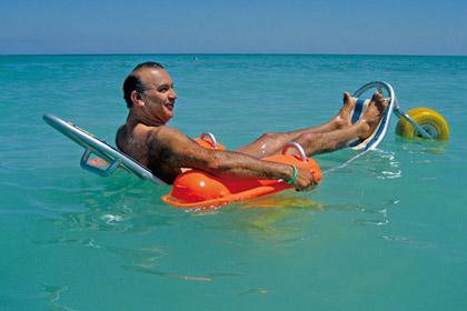 На пляжах в Дубае появились плавающие каталки для инвалидов