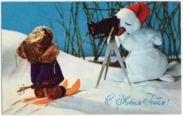 Снеговик фотографирует мальчика. С Новым годом!