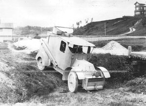 Бронированный автомобиль батальона во время пробега по проселочной дороге.
