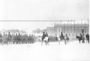 Император Николай II с группой офицеров наблюдает за прохождением войск во время смотра полка.