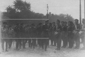Командующий Петроградским военным округом  генерал-майор  О.П.Васильковский  и сопровождающие его лица обходят выстроившийся запасной  батальон Измайловского полка.