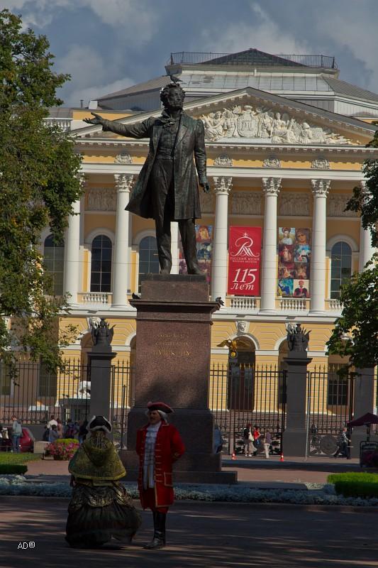 Памятник А. С. Пушкину на площади Искусств перед зданием Русского музея
