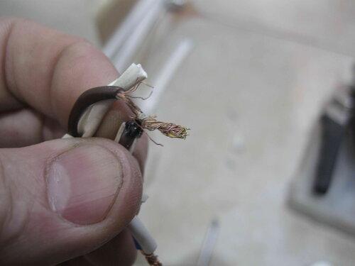 Фото 6. Отсоединённые от вилки провода марки ШВВП. На фото хорошо видно, что в результате небрежной зачистки и неаккуратного монтажа реальное сечение проводника оказалось меньше номинального.