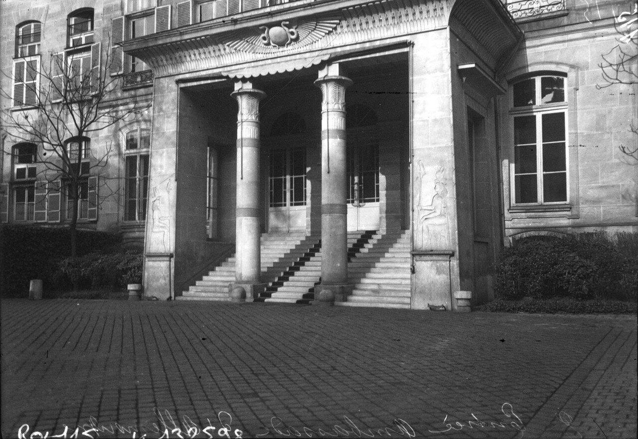 1908. Вход в посольстве Германии