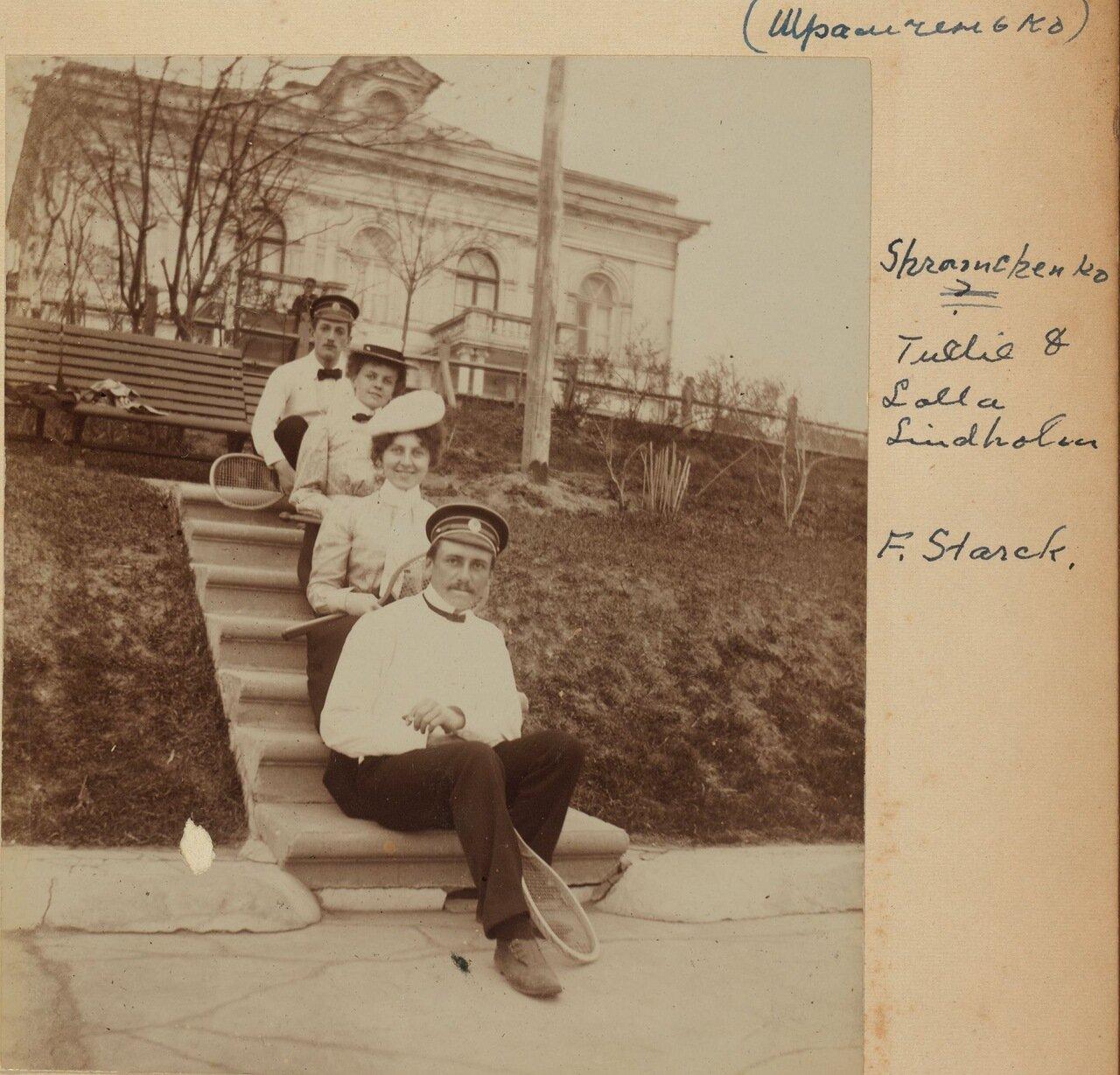 На теннисном корте возле дома Линдхольма. 1899