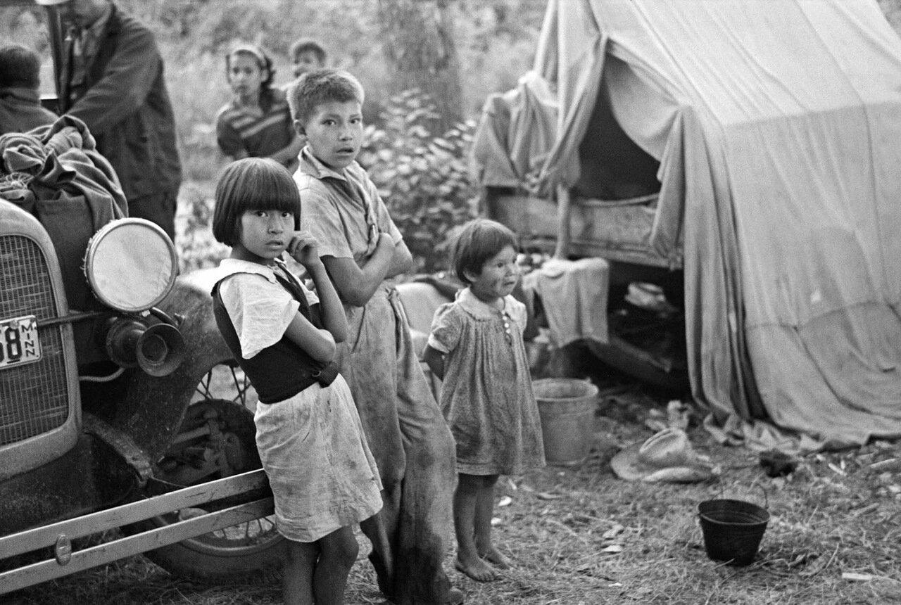 Индейские дети в лагере возле Литл Форк, Миннесота, 1937