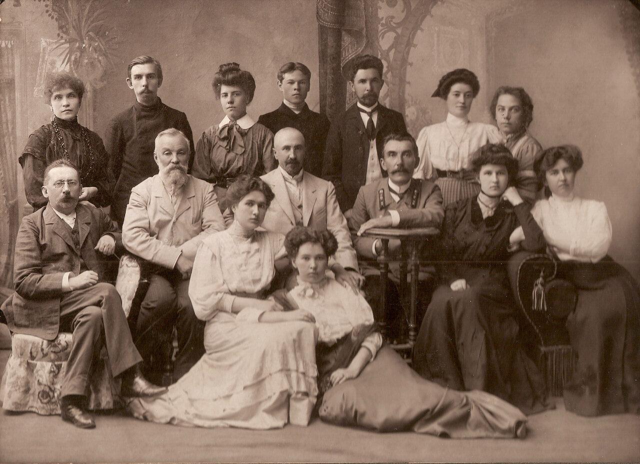 1909 г., Пенза. Матвей Сюзюмов (облокотился на столик) с сотрудниками пензенского нотариального архива