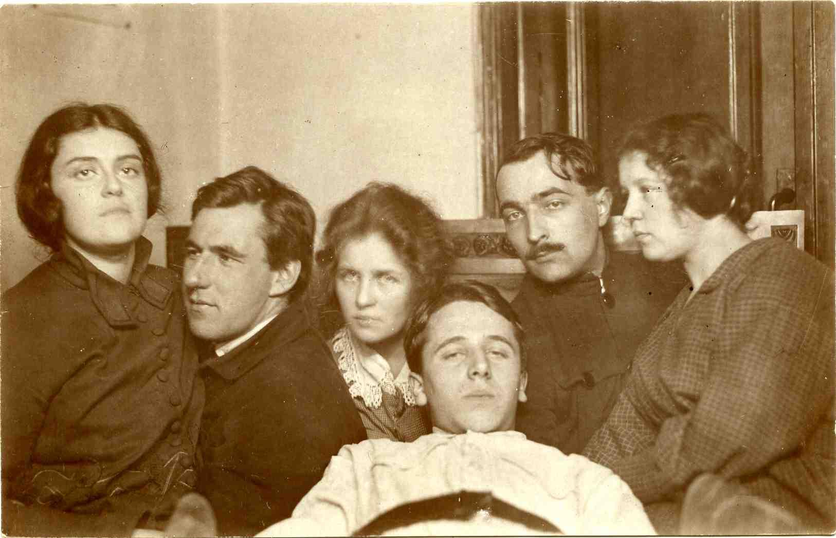 Студенты-филологи МГУ в 1925 году. Любительская театральная труппа