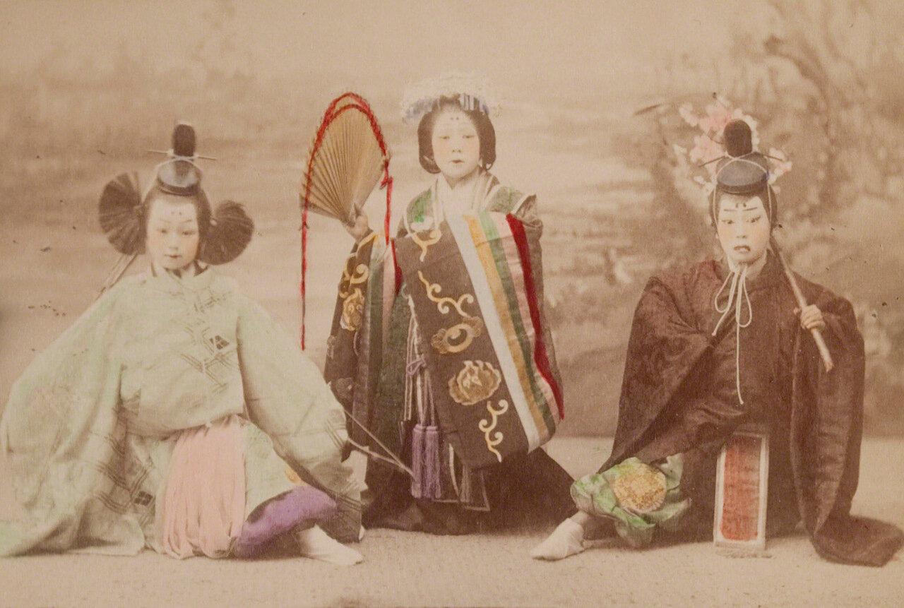 Девочки, исполняющие древний танец