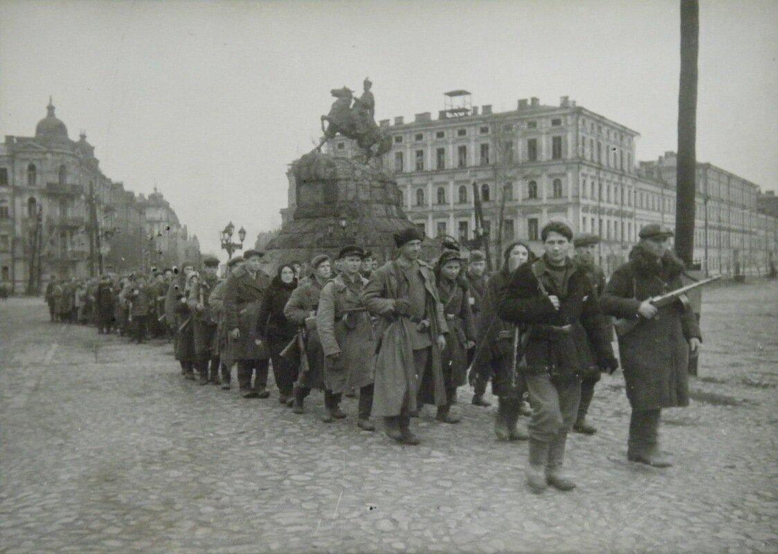 Партизаны входят в освобожденный Киев