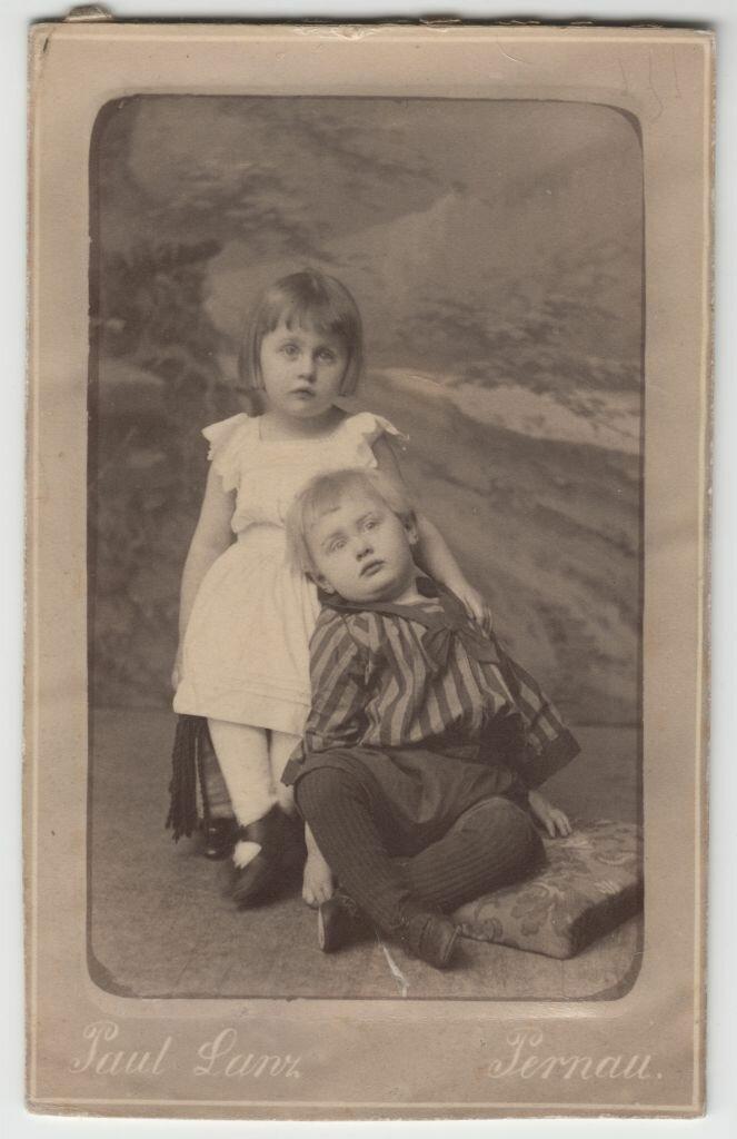 1895. Эвелина с братом Феликсом в Пярну