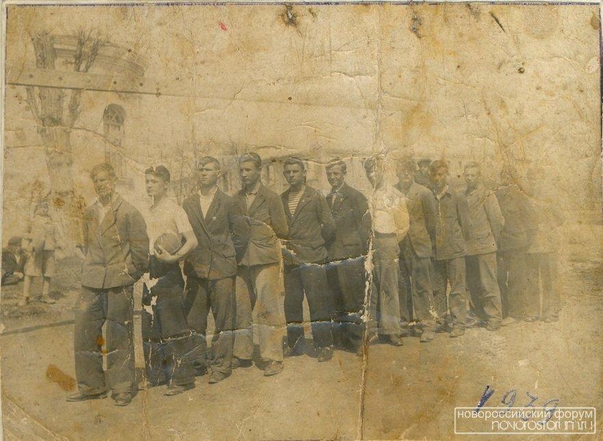 1939. Футбольная команда, сзади церковь и недостроенная школа