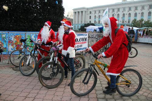 """В Молдове проходит акция """"Дед мороз на велосипеде"""""""