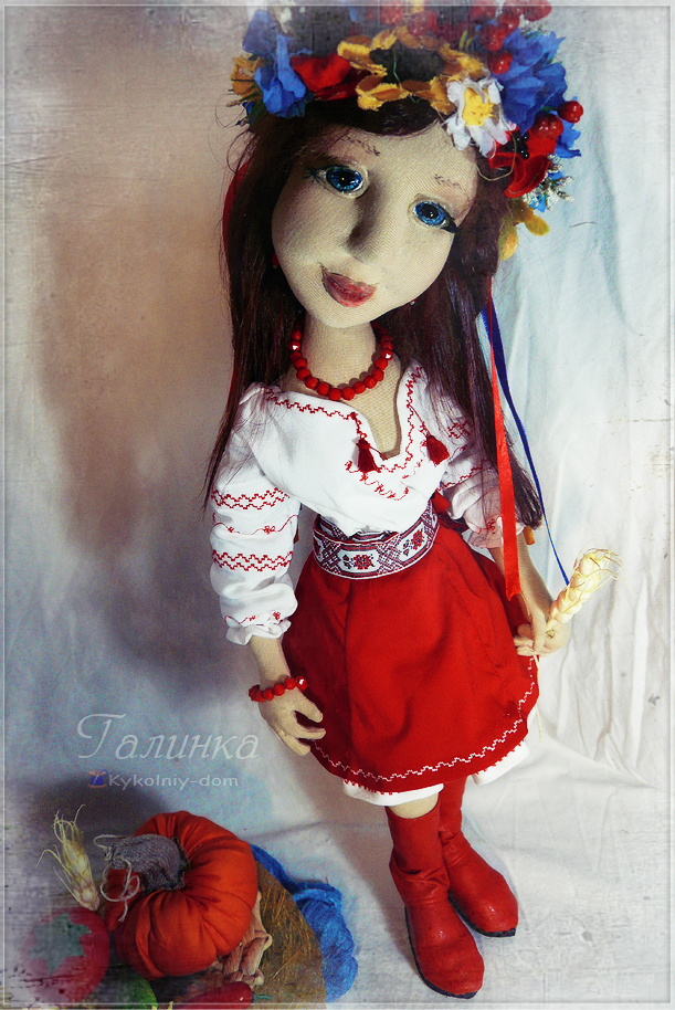 Кукла украиночка в национальной украинской одежде. Украинский веночек., интерьерная кукла, текстильная кукла, шарнирная кукла, народная кукла, украина, украинка, украинский венок, украинская одежда, овощи из ткани, подарок, необычный подарок, кукла в подарок, эксклюзивный подарок