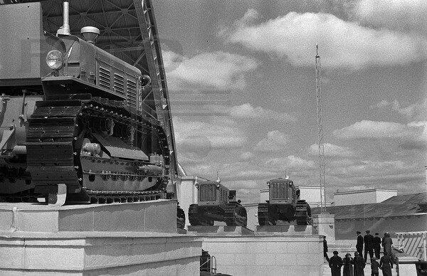 Трактор Сталинец, павильон Механизация и электрификация сельского хозяйства СССР, 1939 г.