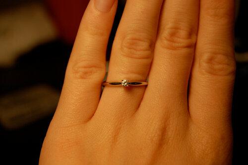 Это кольцо очень красиво смотрится на твоем пальчике!