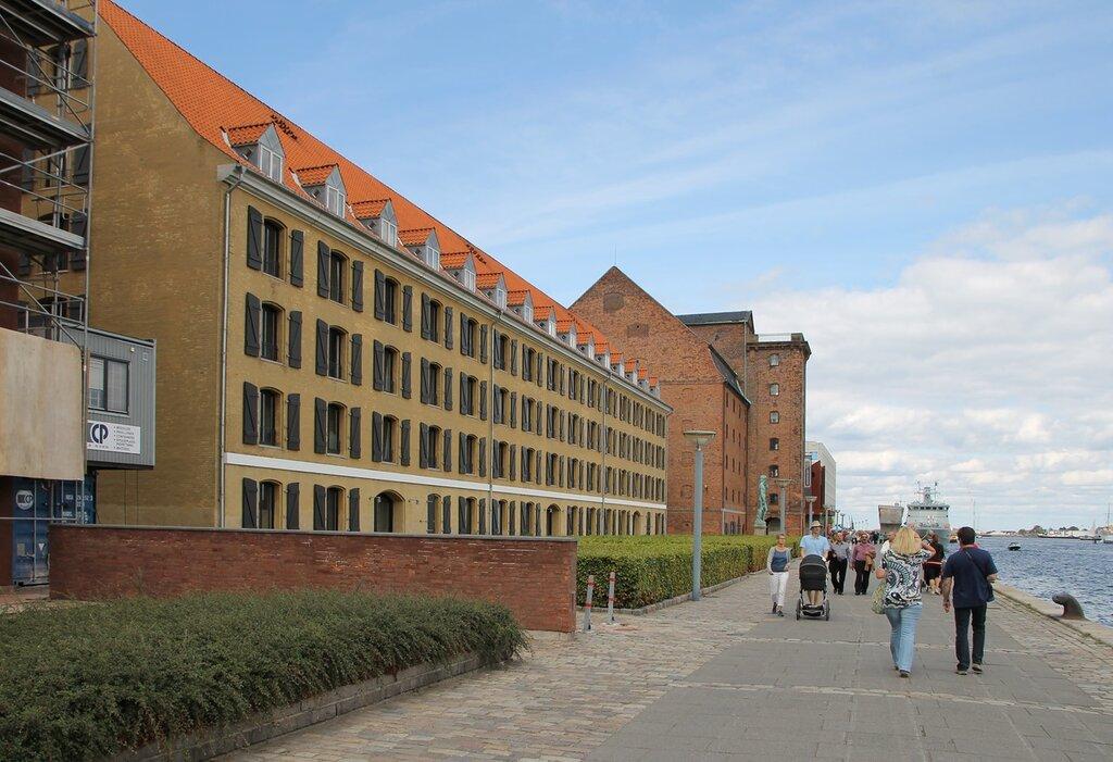 Копенгаген.  Желтый пакгауз (Det Gule Pakhus). Набережная Ларсенс Пладс (Larsens Plads)